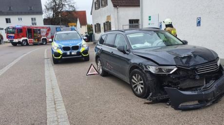 Bei einem Unfall in Aindling krachte ein Autofahrer frontal in einen anderen Wagen. Beide Fahrer wurden in eine Klinik gebracht. Es entstand ein Schaden von 30.000 Euro.