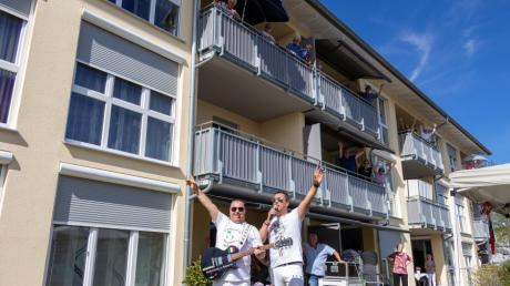 Das Duo Salvatore e Rosario lockte die Bewohner der Seniorenwohnanlage Lechfeld beim Muttertagskonzert auf die Balkone.