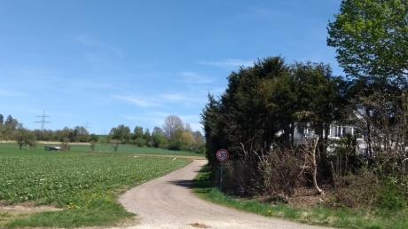 """Im Bereich der Einmündung in die Staatsstraße 2020 wird die Nutzung des  Feld- und Waldwegs """"An der Weißenhorner Straße"""" künftig auf den landwirtschaftlichen Verkehr beschränkt."""