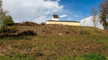 Neben dem ehemaligen Getreidespeicher in Eurasburg sollen neue Häuser gebaut werden. Die Grundstücksbesitzerin ließ den Hang roden und erntet deswegen Kritik.