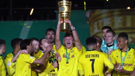 Dortmunds Top-Stürmer Erling Haaland hebt den Pokal in die Höhe. Der BVB hat den DFB-Pokal zum fünften Mal gewonnen.