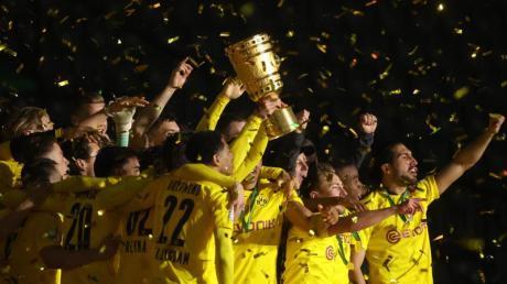 Die BVB-Spieler mit dem DFB-Pokal: Wo die Partien 2021/22 im DFB-Pokal live im Free-TV und Online-Stream zu verfolgen sind, das erfahren Sie hier.