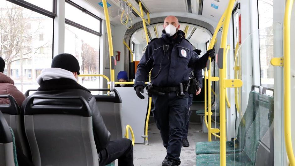 Im öffentlichen Nahverkehr stehen die Sitze eng zueinander. Darum gilt FFP2-Maskenpflicht in Augsburg, die bei der Einführung im Herbst schwerpunktmäßig kontrolliert wurde (s. Foto).