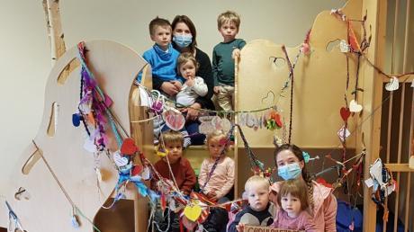 Die Kinder der AWO-Kinderkrippe präsentieren das Gesamtwerk: einen 65 Meter langen äußerst kreativ gestalteten Geduldsfaden.