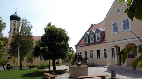 Das Ehinger Rathaus und dahinter St. Laurentius, eine von zwei Kirchen in Ehingen. Die andere ist die Frauenkirche.