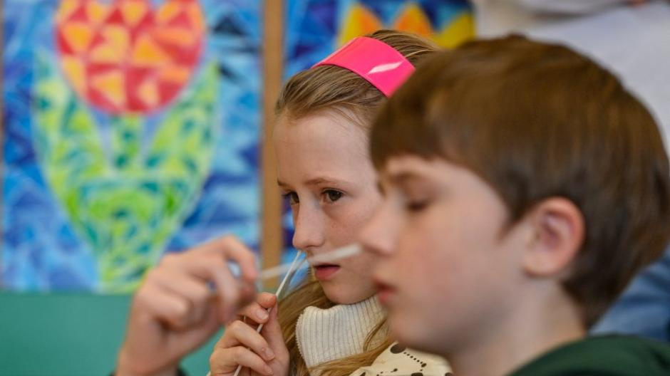 """Bislang müssen Schulkinder in Bayern den """"Nasenbohrer-Test"""" im Klassenzimmer machen. Zumindest für die jüngsten Grundschüler könnte es bald Alternativen geben."""