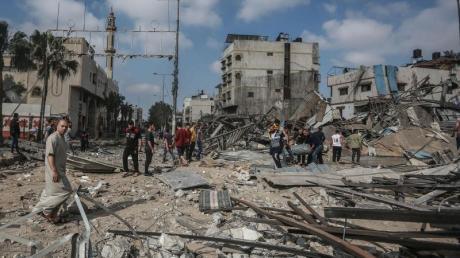 Palästinensische Männer inspizieren Trümmer einer zerstörten Einrichtung im Stadtteil Shejaiya nach einem israelischen Luftangriff.
