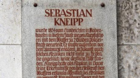 Am ehemaligen Polizeihaus weist eine Gedenktafel auf die Vorladung von Pfarrer Sebastian Kneipp hin.