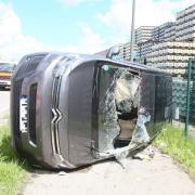 Zwei Autos sind am Freitagnachmittag auf der Augsburger Straße in Ecknach (Aichach) zusammengestoßen. Ein Wagen kippte dabei auf die Seite und blieb am Straßenrand liegen. Die Augsburger Straße blieb zeitweise einseitig gesperrt.