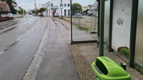 Um die Bushaltestelle an der Kornstraße in Kissing wird seit Jahren gestritten, auch vor Gericht. Nun will die Gemeinde sie barrierefrei ausbauen lassen.