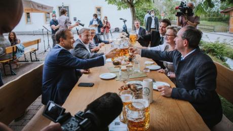 Bayerns Wirtschaftsminister Hubert Aiwanger eröffnete in Kaufering symbolisch die Biergartensaison 2021. Seit Montag dürfen Gastronomen ihre Gäste im Außenbereich bewirten.