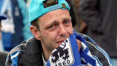 Tränen lügen nicht: Ein Fan von 1860 München lässt seinen Gefühlen nach dem Abstieg im Mai 2004 freien Lauf.