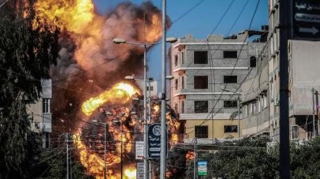 Ein Angriff der israelischen Luftwaffe trifft ein Gebäude in Gaza, das der Terrororganisation Hamas zugerechnet wird.