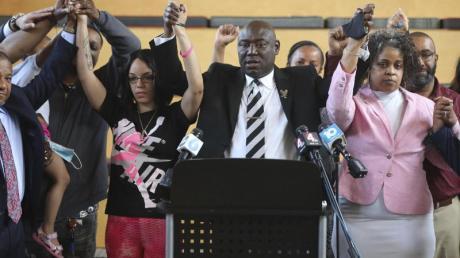 Rechtsanwalt Ben Crump (r), gemeinsam mit Mitgliedern der Familie von Andre Hill, einschließlich Tochter Karissa Hill (Mitte links), und Schwester Shawna Barnett (r), während einer Pressekonferenz.
