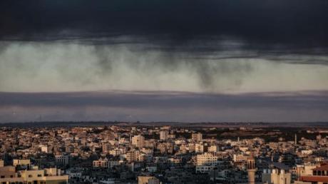 Dichter Rauch hängt nach mehreren israelischen Luftangriffen über den Gebäuden von Gaza-Stadt.
