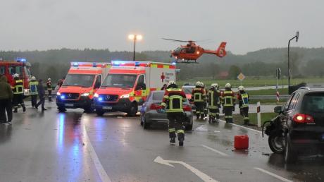 Bei einem Unfall auf der Staatsstraße 2025 bei Jettingen-Scheppach ist am Samstag ein Autofahrer schwer verletzt worden.