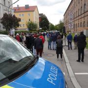 Rund 80 Menschen demonstrierten am Wochenende in der Calmbergstraße vor der einstigen Gemeinschaftsunterkunft. Sie befürchten, dass hier Luxuswohnungen entstehen könnten.