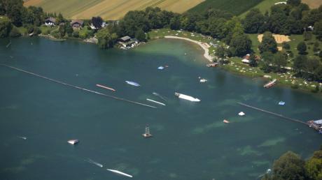 Luftbild Friedberg / Blick auf den Friedberger Baggersee mit Wasserski und viel Badebetrieb / Wetter / Badesee / See / baden / schwimmen.