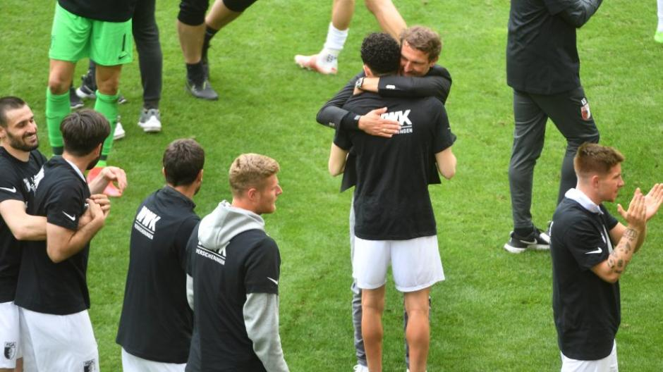 Trainer Markus Weinzierl nahm Ruben Vargas nach dem Spiel in den Arm. Die Rote Karte des Schweizers war nicht spielentscheidend gewesen.