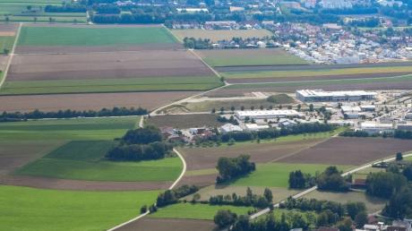 Das Gewerbegebiet Nord in Schwabmünchen soll Richtung Osten erweitert werden. Es handelt sich um die Fläche links im Bild unterhalb der Straße.