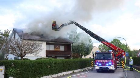 Das Dachgeschoss eines Mehrfamilienhauses in Offingen hat am Freitag gebrannt. Das Pärchen, das dort gewohnt hat und nun wohnungslos ist, wird vorübergehend in einer Ferienwohnung untergebracht.