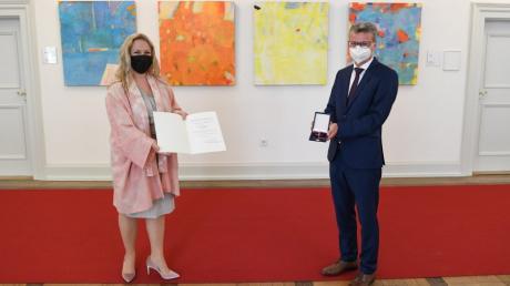 Verleihung des Bundesverdienstkreuzes durch Kunstminister Bernd Sibler an Diana Damrau am 18. Mai im Wissenschaftsministerium in München.