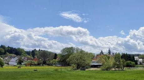 Auf diesem Gelände links am Ortsrand ist die Bewegungshalle für Pferde geplant. Der Gemeinderat lehnte das Vorhaben einstimmig ab.