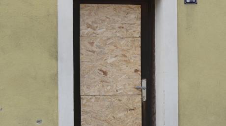 Ein Jugendlicher hat die Tür des Geschäfts in der Gerhauserstraße eingetreten.