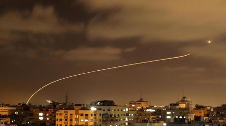Israels Iron-Dome-Raketenabwehrsystem fängt Raketen ab, die aus dem Gazastreifen in Richtung Israel abgefeuert werden.