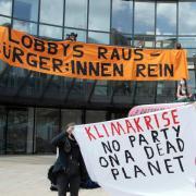 Aktivisten demonstrieren für mehr Klimaschutz.