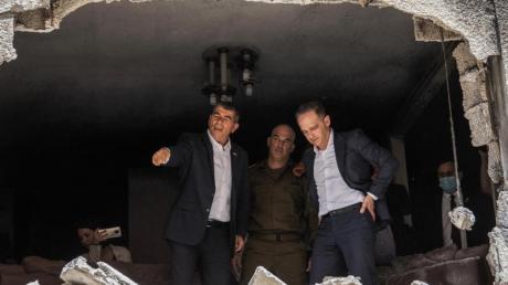 Heiko Maas (rechts), Bundesaußenminister, und Gabi Aschkenasi, Außenminister von Israel, besichtigen ein beschädigtes Haus, das von einer Rakete aus Gaza getroffen wurde.