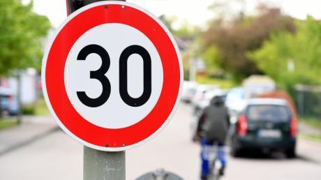 In Schnuttenbach wurden zwei Ortsschilder und ein Tempo 30-Verkehrsschild von Unbekannten gestohlen. Die Polizei sucht Zeugen.
