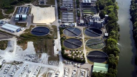 Das Abwassernetz des Klärwerks Steinhäule in Neu-Ulm soll mit Messstellen ausgerüstet werden, um Coronaviren im Wasser nachzuweisen, fordert die FWG-Fraktion.