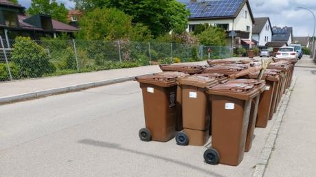 Mit etwa 35 Mülltonnen haben Nachbarn die Dorffeldstraße etwas verschmälert. Die Wulfertshauser wollen damit ein Zeichen setzen.