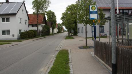 Hier soll nur noch 30 Stundenkilometer schnell gefahren werden, denn im Feuerwehrhaus (rechts nach der Haltestelle) sind vorübergehend Kindergartengruppen untergebracht.