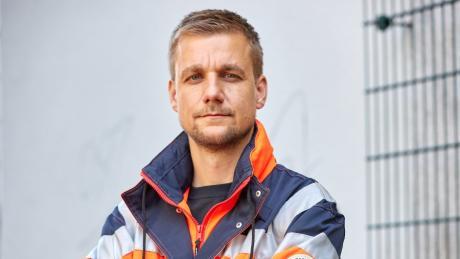 Tobias Schlegl, Musiker, Moderator, Autor sowie Notfallsanitäter, trägt bei einem Fototermin im Schanzenviertel anlässlich der Vorstellung seines  Buches «Schockraum» eine Rettungsdienstjacke.