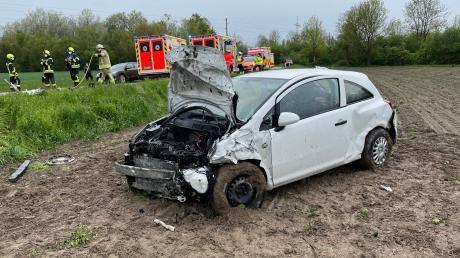 Feuerwehren und Rettungskräfte waren bei einem schweren Unfall zwischen der Lechbrücke und dem Todtenweiser Ortsteil Sand im Einsatz.