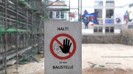 Der Staat unterstützt Bau- und Sanierungsvorhaben von Schulen und Kitas in den Kommunen des Landkreises Günzburg. Das Foto zeigt die Baustelle am Günzburger Dossenberger-Gymnasium, die es dort seit geraumer Zeit gibt.