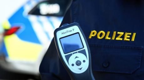 Die Polizei hat in der Nacht zum Samstag einen betrunkenen Autofahrer auf der B492 bei Medlingen gestoppt.