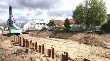 Die Arbeiten für den Bau des Mehrgenerationenhauses mit Tagespflege in der Gundremminger Kirchstraße haben begonnen. Manche Anwohner haben Bedenken.