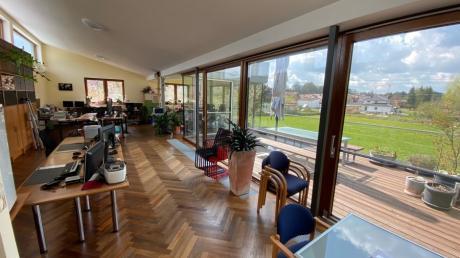 In den Räumen des IT-Unternehmens CRMADDON in Nattenhausen arbeiten zwölf Mitarbeiter - manche auch digital im Homeoffice.