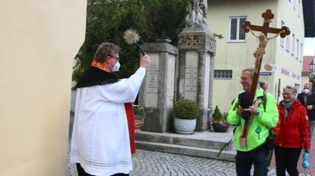 Pfingstwallfahrt zum heiligen Leonhard: 15 Personen stark war eine Wallfahrergruppe aus Petershausen, die von Dekan Stefan Gast in Inchenhofen empfangen wurde.