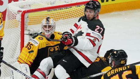 Kanadas Michael Bunting  kämpft vor dem deutschen Tor.