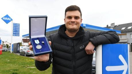 Michael Schalk hat in einer Tankstelle in Stettenhofen einem Mann mit Mund-zu-Mund-Beatmung das Leben gerettet. Bereits vor einem Jahr hat er die Christophorus-Medaille erhalten.