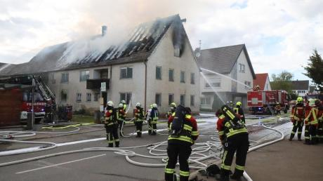 An der Scheppacher Hauptstraße hat am Dienstagnachmittag ein leer stehendes Bauernhaus mit angebautem Stadel gebrannt.
