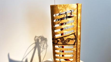 Freya Blösl hat zwei alte Akkordeons zerlegt und Einzelteile, oft in Kombination mit Schubladen aus alten Nähmaschinentischen, zu künstlerischen Objekten zusammengefügt.