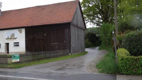 Mit kleineren Baumaßnahmen soll die Einfahrt in diesen schmalen Weg in Langenneufnach vergrößert und das Regenwasser besser abgeleitet werden.