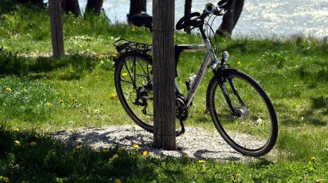 Ein Gartenbesitzer in Vöhringen hat ein fremdes Fahrrad in seinem Garten entdeckt.