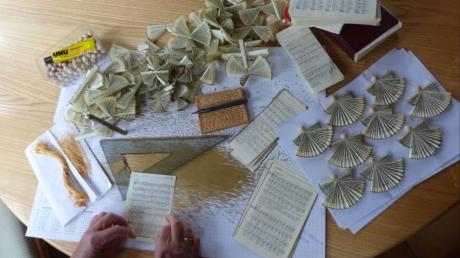 Um Schutzengel, Trostspender und Dankeschön-Engel zu fertigen, braucht Barbara Seidenschwann aus Thierhaupten diese Materialien.