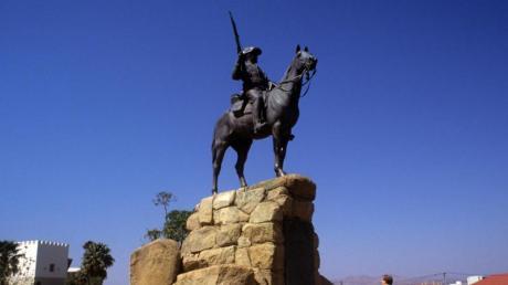 Das «Südwester Reiter» genannte Reiterdenkmal der ehemaligen deutschen Schutztruppe in Windhuk. Das Reiterdenkmal wurde am 27. Januar 1912 eingeweiht und soll an die Kolonialkriege des deutschen Kaiserreichs gegen die Herero und Nama in Deutsch-Südwestafrika erinnern.